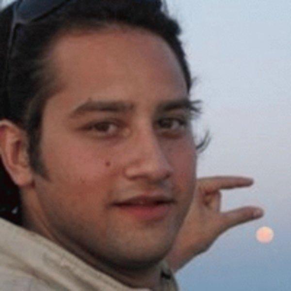 Fotoğrafta güneşi tutturamayan fail adam