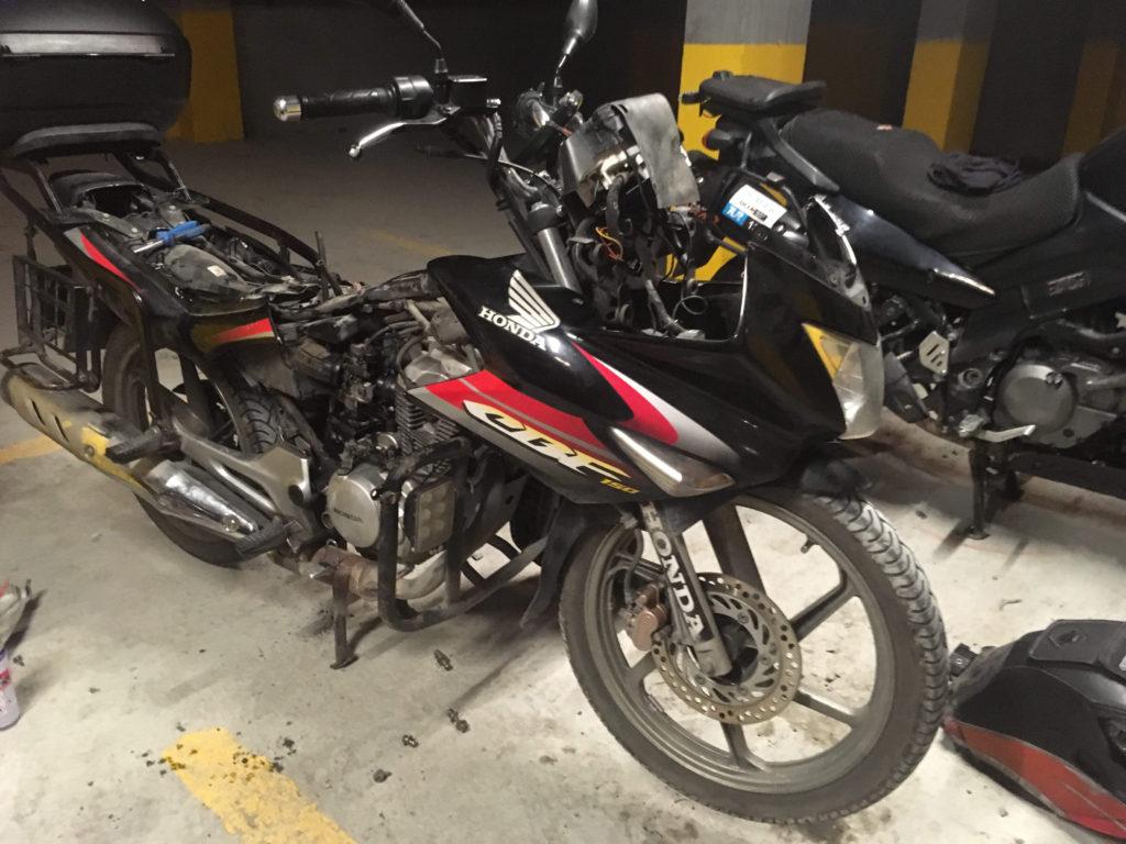 Honda cbf 150 Benzin deposunun sökülmesi Endurokan